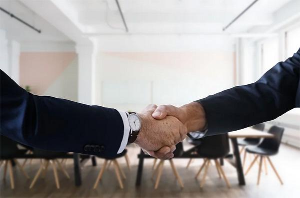 poignee-main-embauche-premier-salarie-Isere
