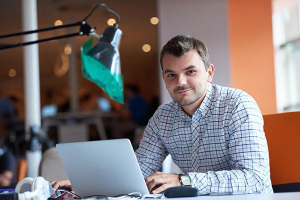 Entrepreneur sur son ordinateur. Il cherche un expert-comptable en Isère.